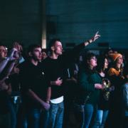Menschenmenge während der Anbetung mit errhobenen Händen bei der STEPS.Worshipnight in Rohrau 2019