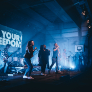 Lobpreisband auf der Bühne währen der Anbetung, angestrahlt von Scheinwerfern