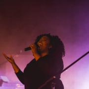 Sängerin der Lobpreisband preist Gott mit erhobener Hand
